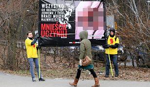 """Protestujący zorganizowali pikietę """"Stop Aborcji"""" Fundacji Pro Prawo do Życia, przed wjazdem na teren parafii"""