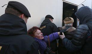 Dziennikarze prowadzili relację na żywo z milicyjnej furgonetki