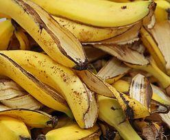 Włóż skórki od banana do słoika. Ta metoda robi furorę