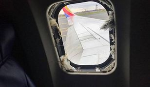 Zniszczone okno w samolocie Boeinga.