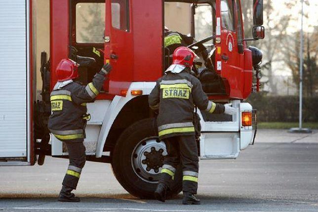 Pożar na Bródnie. Ogień zajął dziesiępiętrowy blok przy ulicy Rembielińskiej 19 w Warszawie. Spłonęła elewacja w całym pionie