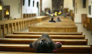 Kobieta z czarnoskórym dzieckiem nie mogła wejść do kościoła