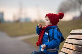 Jesień: czas infekcji. Jak radzić sobie z mokrym kaszlem u dziecka?