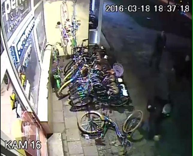 Niszczyli rowery na Pradze. Pluli i przewracali pojazdy [WIDEO]