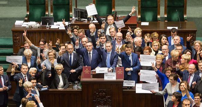 Posłowie opozycji blokują mównicę sejmową.