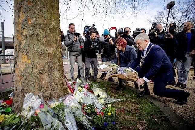 Holandia. W pobliżu miejsca strzelaniny w Utrechcie mieszkańcy i władze miasta składają kwiaty
