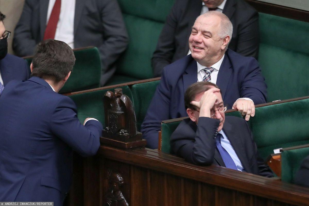 Zdaniem śledczych, wicepremier Jacek Sasin i szef MSWiA Mariusz Kamiński nie złamali prawa