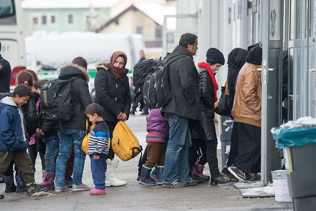 Uchodźcy przed biurem rejestracyjnym w Passau.