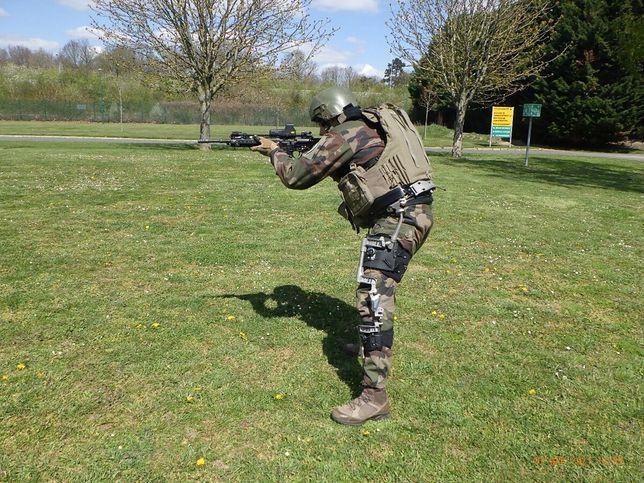Francuski żołnierz w egzoszkielecie