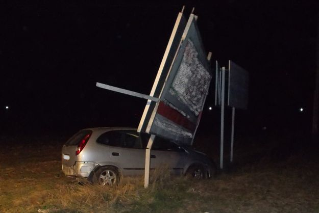 Nie żyje kierowca nissana, który w Koninie uderzył w przydrożną reklamę