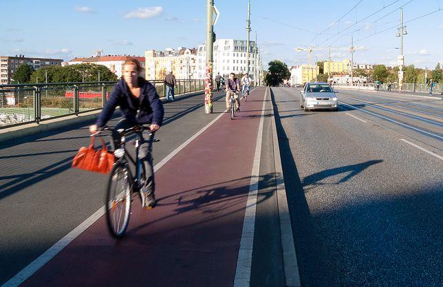 Rowerzyści często muszą uważać na ludzi wchodzących na ścieżkę rowerową