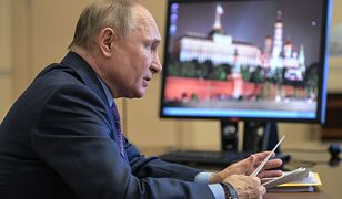 Prezydent Rosji Władimir Putin (na wyświetlaczu Kreml)