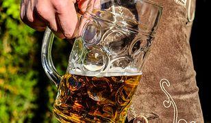 Kąpiele w piwie mają korzystny wpływ na nasze zdrowie.