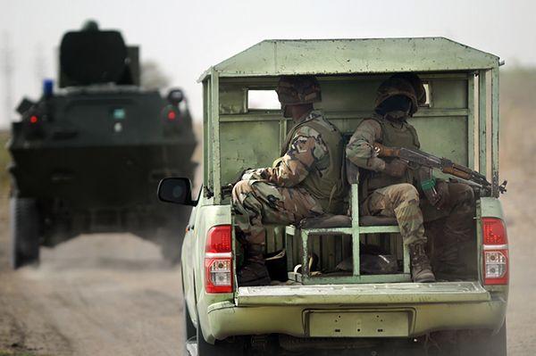Nigeryjscy żołnierze na patrolu w prowincji Borno