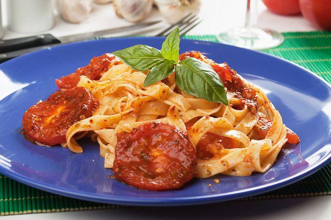 Sos pomidorowy może być podawany z makaronem, ale też jako dodatek do lasagne, dań z ryżem, kaszą i warzywami