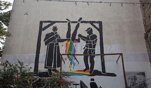 LGBT. Nowy mural w Warszawie, są na nim ksiądz i policjant