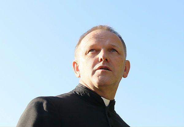 Abp Hoser: ks. Wojciech Lemański nie może zaprzeczać swojemu powołaniu