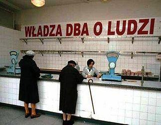 Długa kolejka do pustego sklepu - jeden z wielu paradoksów PRLu