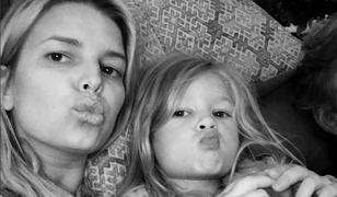 Jessica Simpson zmieszana z błotem za zdjęcia córki w bikini