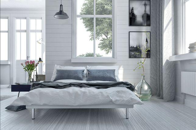 Wybierając oświetlenia do sypialni, możemy zdecydować się na lampę, którą zawiesimy bezpośrednio nad łóżkiem