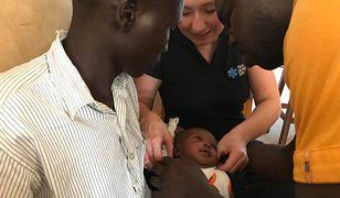 Polska lekarka Ania Kutera pomaga noworodkowi ze złamanym obojczykiem