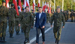 Szef MON Mariusz Błaszczak podczas próby generalnej przed Świętem Wojska Polskiego
