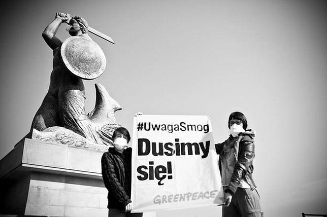 Pomnik Syrenki w masce. #UwagaSmog - happening Greenpeace