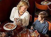Zjeść dobrze i tanio na wakacjach? Faworyt jest jeden