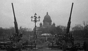 Radzieckie działa przeciwlotnicze w Leningradzie. W tle Sobór św. Izaaka, 1941 r.