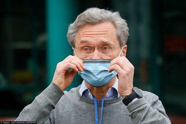 Celebryci i aktorzy muszą stawić się do WUM po drugą dawkę szczepienia na COVID  Na fot. prof. Zbigniew Gaciong, który tłumaczy się ze sprawy szczepień poza kolejnością.