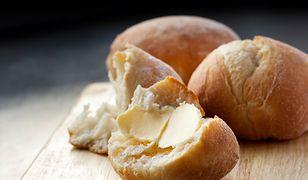 Świeże pieczywo z masłem to dla wielu pyszny symbol dzieciństwa.