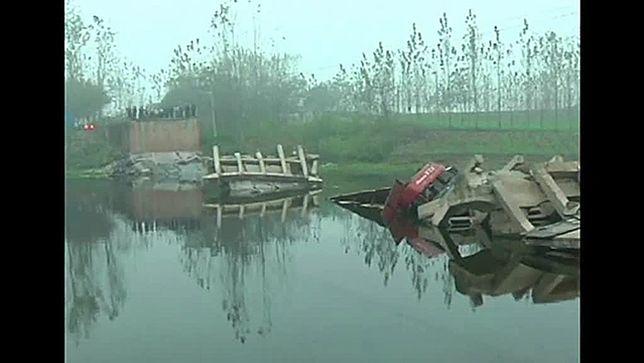 Zawalił się most, do rzeki wpadły 4 samochody - film