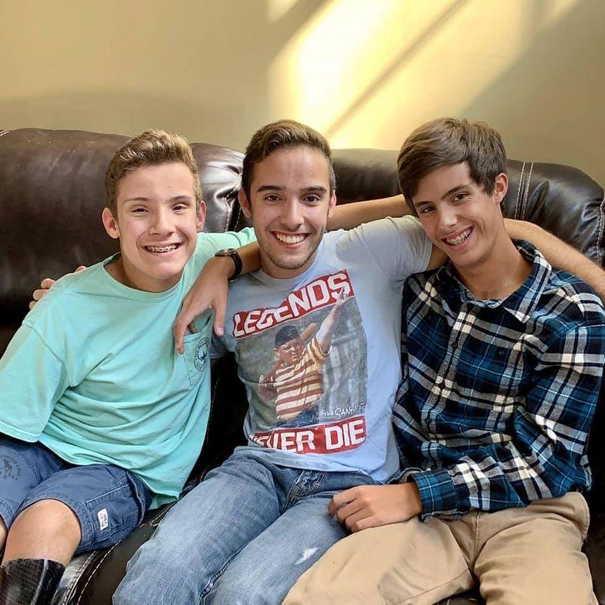 Chłopiec ze zdjęcia ''hand of hope'' z braćmi [facebook.com]