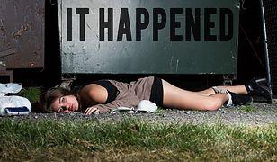 """""""It happens"""" – kontrowersyjny projekt fotografki dotyczący gwałtów"""