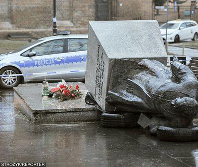 Przewrócony monument obok kościoła św. Brygidy