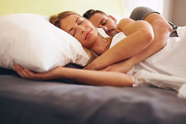 Poduszka do spania powinna dopasować się do krzywizny kręgosłupa