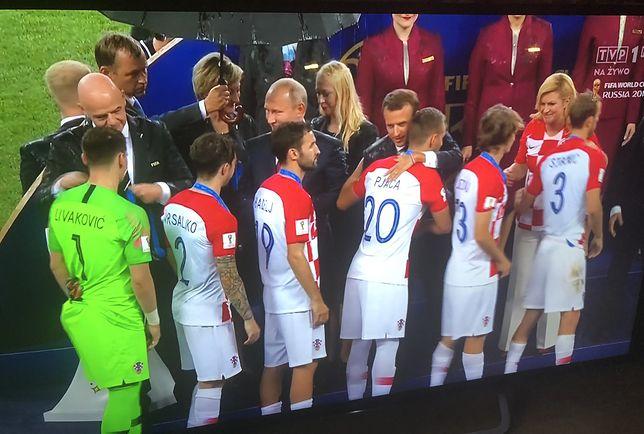 Władimir Putin stoi suchy podczas ceremonii medalowej mistrzostw świata, jego goście mokną. Trudno o lepszą metaforę jego propagandowego sukcesu