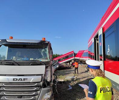 Wypadek pociągu w Kołbaskowie. Uderzył w TIR-a. Ewakuacja pasażerów