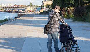 Warszawski ojciec: przepracowany, nie biorący urlopu, dziecko dopiero po trzydziestce.