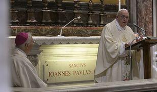 100. rocznica urodzin św. Jana Pawła II. Papież Franciszek przy grobie papieża Polaka