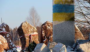 Zdewastowany pomnik upamiętniający Polaków zamordowanych w Hucie Pieniackiej na Ukrainie.