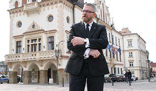 Szczepienia w Rzeszowie. Braun domaga się dymisji ważnych urzędników