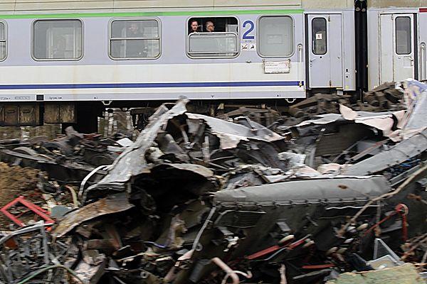Pociąg mija miejsce katastrofy kolejowej pod Szczekocinami.