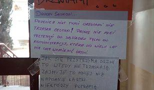 Ogłoszenia wiszące na drzwiach