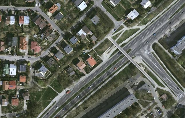 Zdjęcie satelitarne ulicy Sikorskiego na wysokości kładki