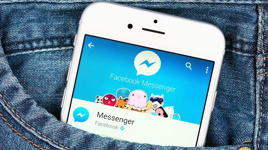 Smartfon z Messengerem w kieszeni spodni z depositphotos