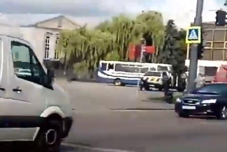 Uzbrojony mężczyzna uprowadził autobus z zakładnikami. Akcja w Łucku