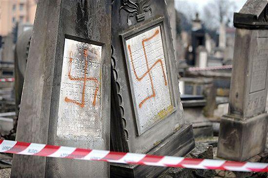 Zbezczeszczony cmentarz żydowski