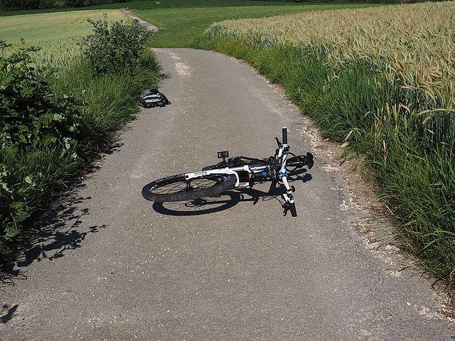 13-latek potrącił policjanta na rowerze.