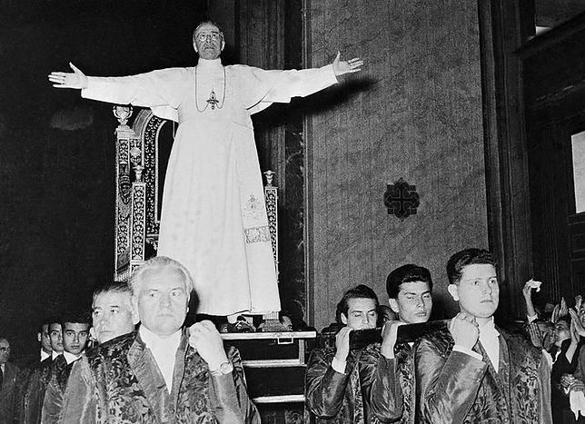 Niesiony na lektyce Pius XII pozdrawia wiernych